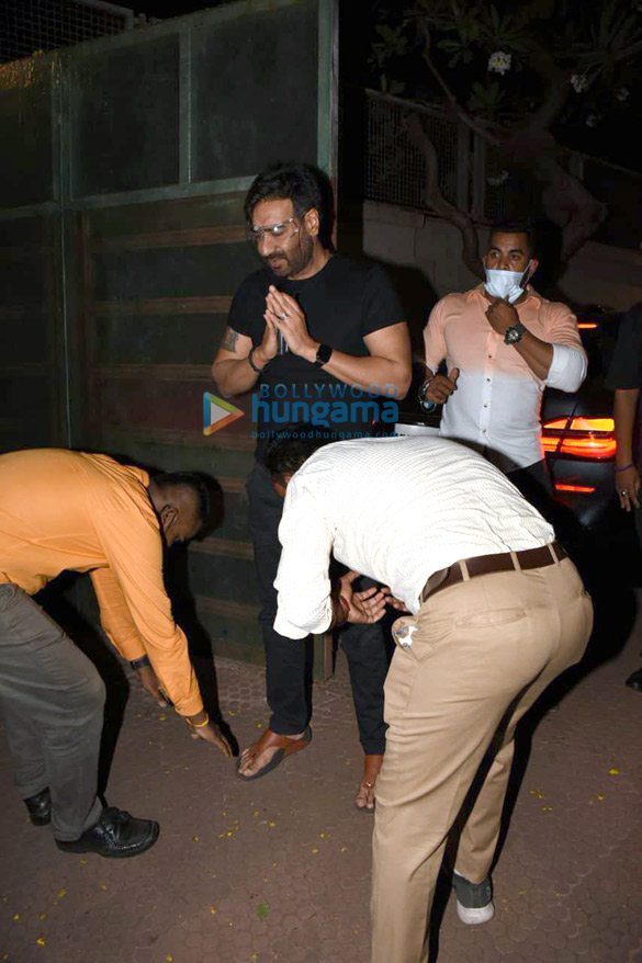 Photos Ajay Devgn snapped cutting a birthday cake with fans (5)