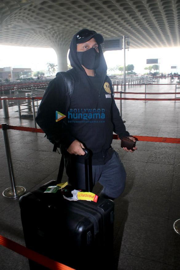 Photos Hina Khan, Nikki Tamboli, Jackky Bhagnani and others snapped at the airport (6)