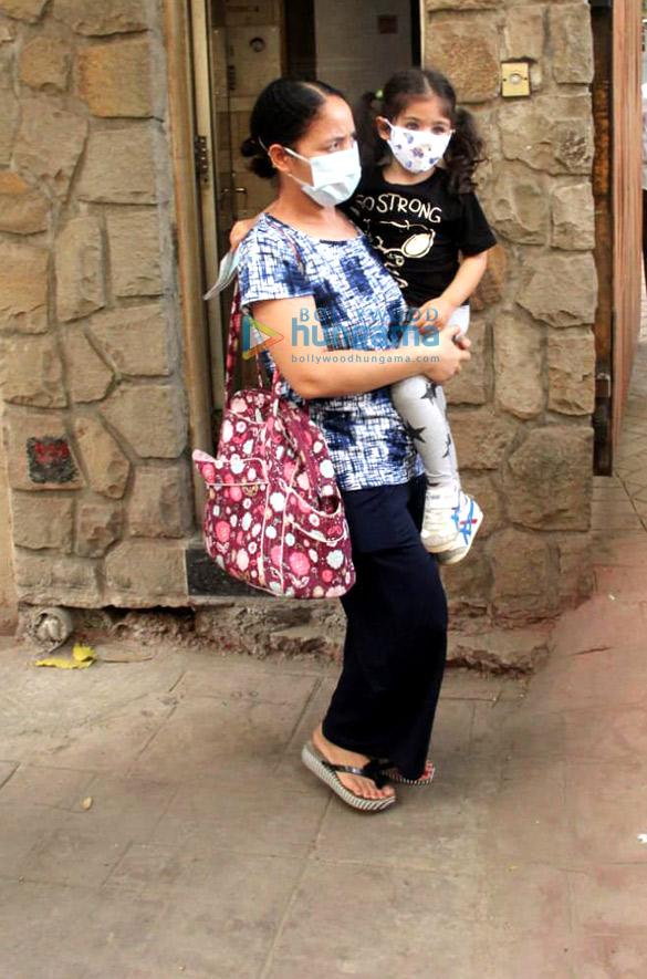 Photos Inaaya Naumi Kemmu and Karisma Kapoor with son spotted at Kareena Kapoor Khan's house (3)