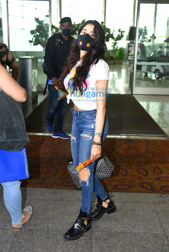 Photos Janhvi Kapoor and Govinda snapped at the airport (1)