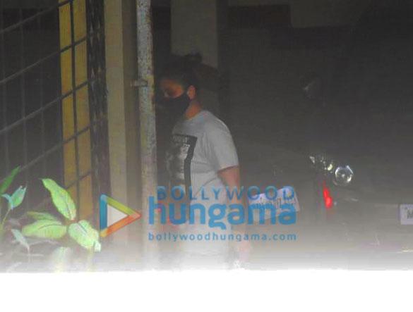 Photos Kareena Kapoor Khan spotted in Bandra (4)