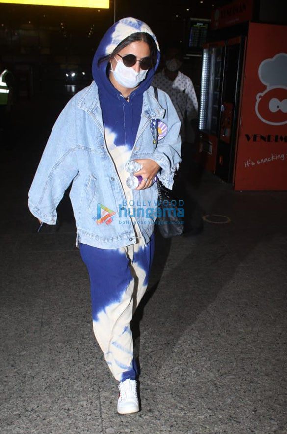 Photos Kriti Sanon, Sonnalli Seygall and others snapped at the airport (2)