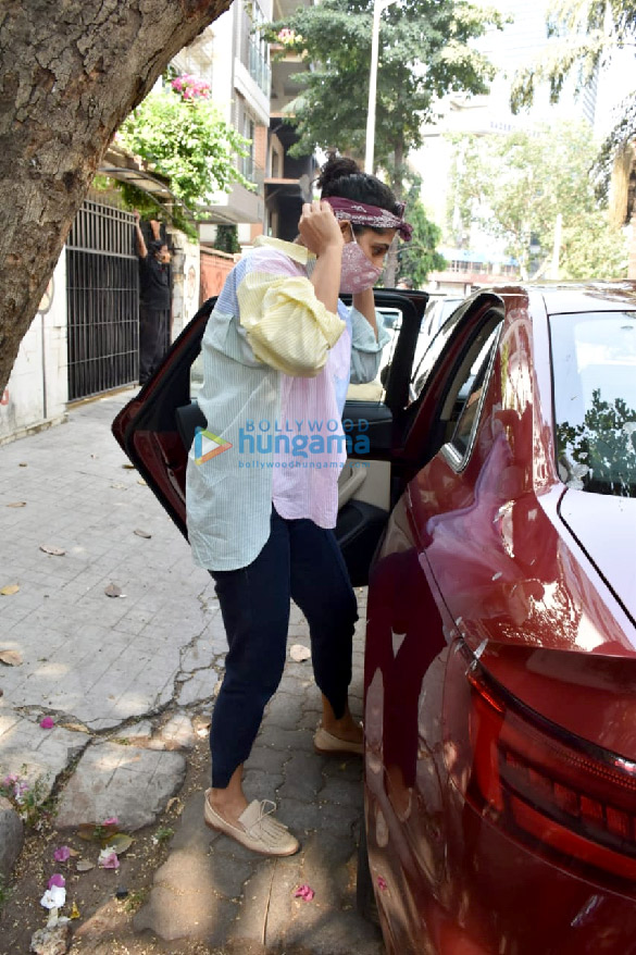 Photos Kubbra Sait spotted at a clinic in Juhu (3)