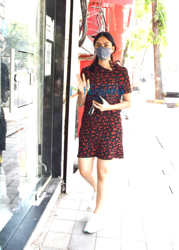 Photos Mrunal Thakur snapped at a store in Juhu (1)