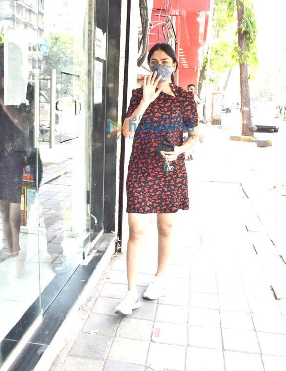 Photos Mrunal Thakur snapped at a store in Juhu (3)