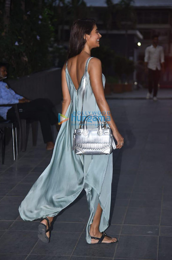 Photos Pooja Hegde snapped in Andheri (4)