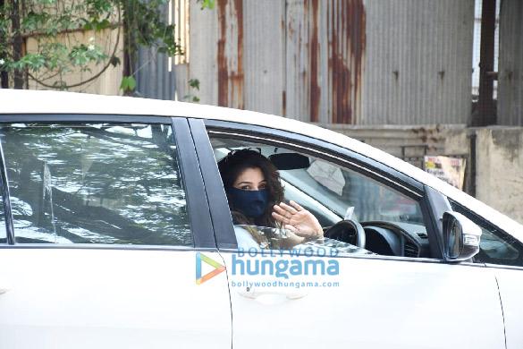 Photos Raveena Tandon snapped in Bandra (2)