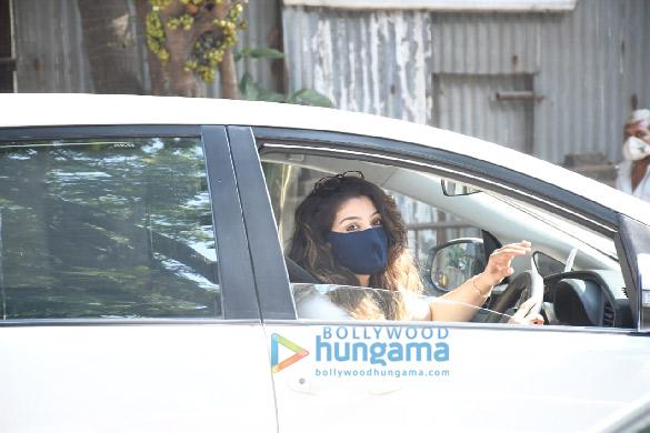 Photos Raveena Tandon snapped in Bandra (3)