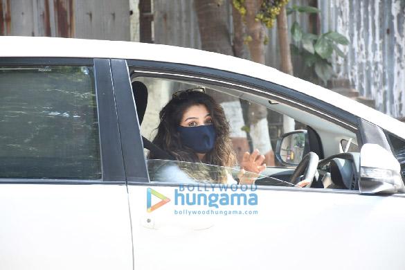 Photos Raveena Tandon snapped in Bandra (4)