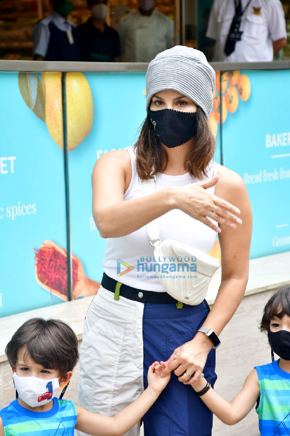 Photos Sunny Leone snapped with her kids at Food Hall (2)