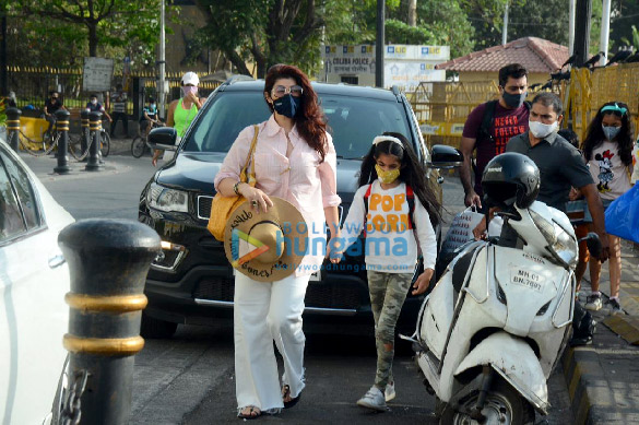 Photos Twinkle Khanna snapped with her daughter Nitara Kumar at Gateway Of India (1)