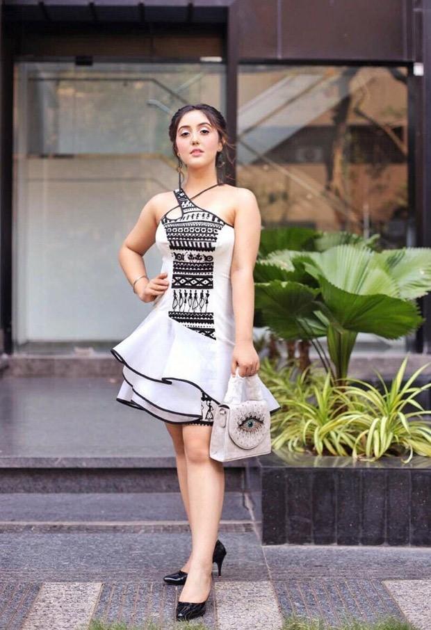 अशनूर कौर ने अपने 17 वें जन्मदिन के लिए एक विषम-कंधे की पोशाक पहनी