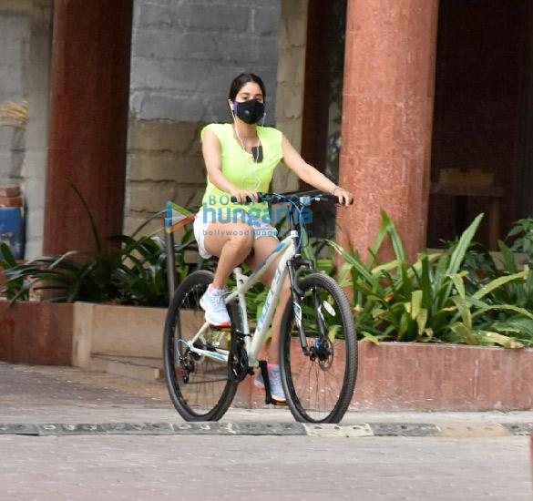 Photos Janhvi Kapoor and Khushi Kapoor snapped cycling in Lokhandwala (3)