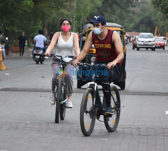Photos Khushi Kapoor snapped cycling in Lokhandwala (2)