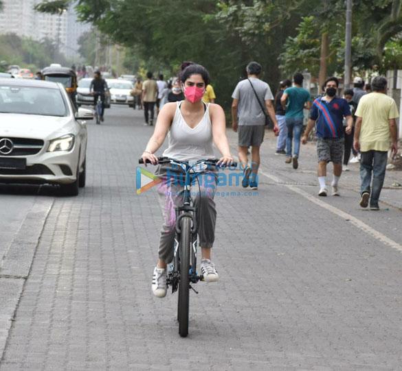 Photos Khushi Kapoor snapped cycling in Lokhandwala (4)