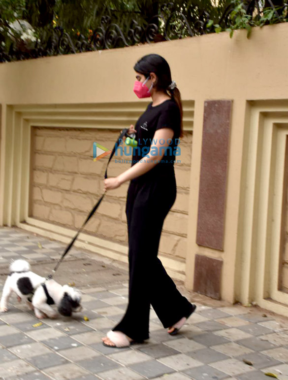 Photos Khushi Kapoor snapped with her pet in Lokhandwala (2)