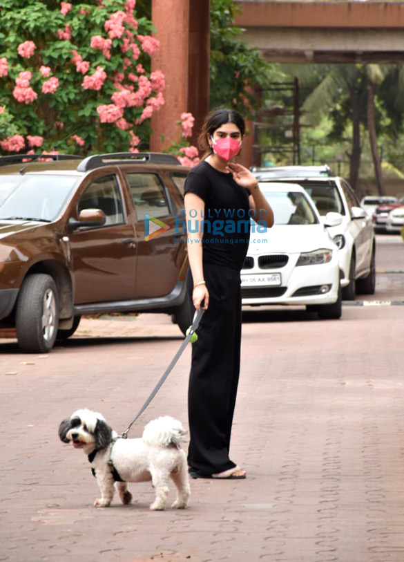 Photos Khushi Kapoor snapped with her pet in Lokhandwala (4)
