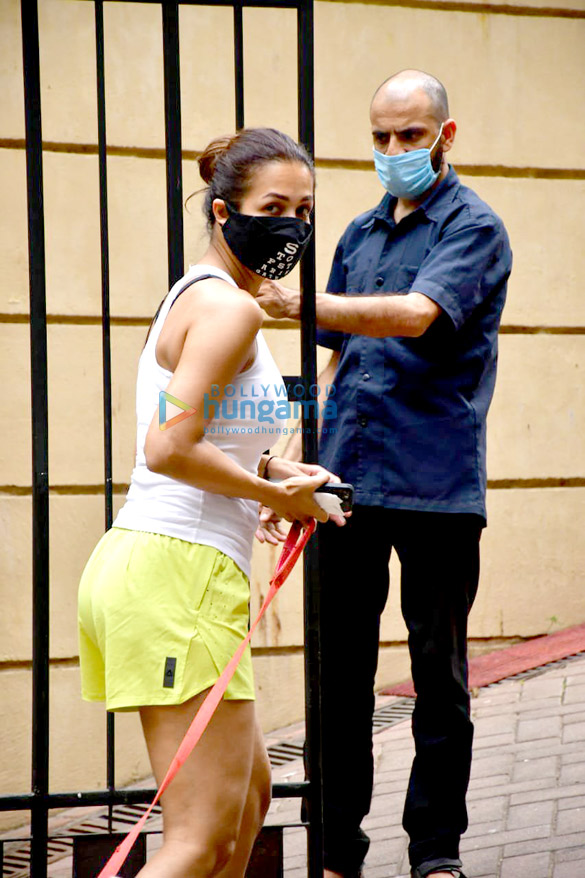 Photos Malaika Arora spotted with her pet for morning walk (3)