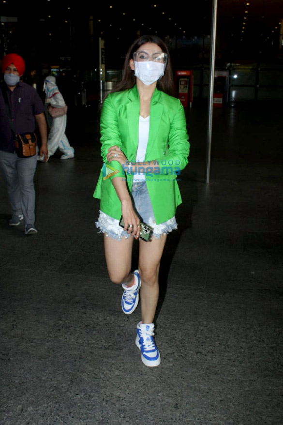 Photos Urvashi Rautela snapped at the airport (2)