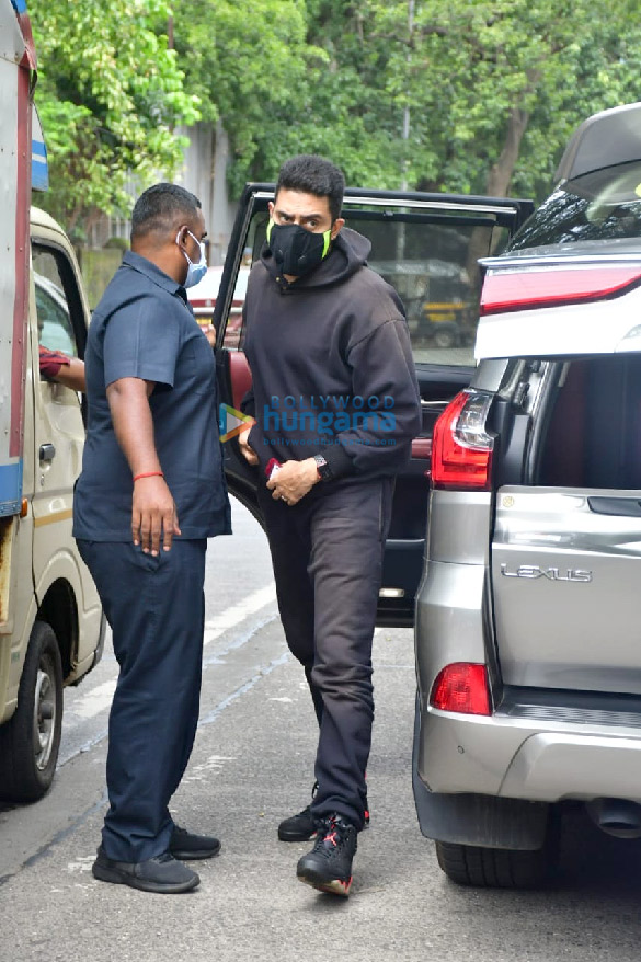 Photos Abhishek Bachchan spotted at a bank in Khar (5)