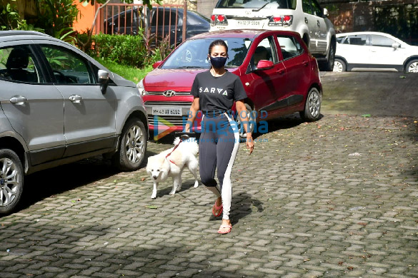 Photos Malaika Arora spotted with her pet on a morning walk (4)