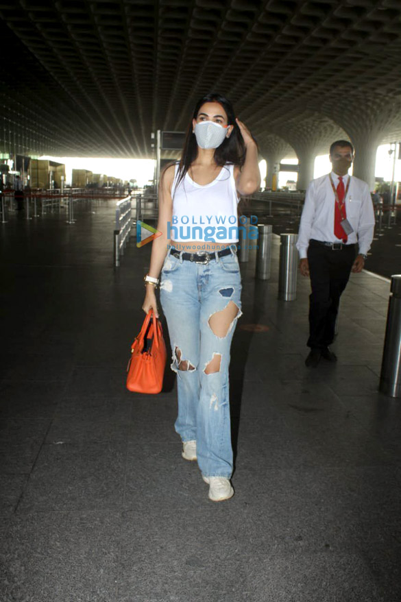 Photos Tamannaah Bhatia and Sonal Chauhan snapped at the airport (5)