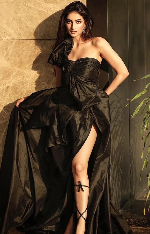 Shweta Tiwari's daughter Palak Tiwari looks dazzling in thigh-high slit ruffled gown
