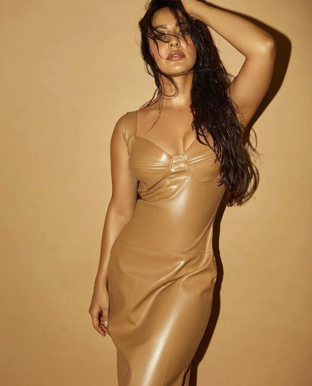 Neha Sharma exudes ultimate sizzling vibes in nude leather bodycon