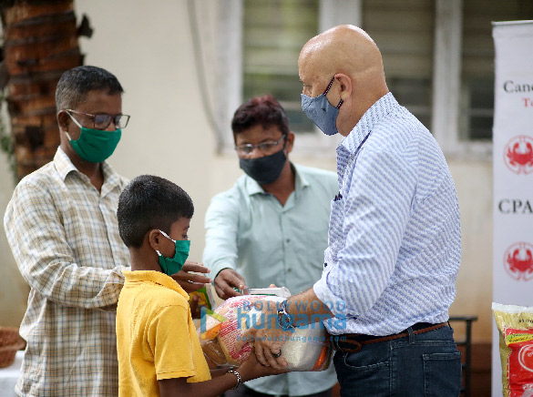 Photos Anupam Kher distributes ration to CPAA cancer patients through his Foundation (3)