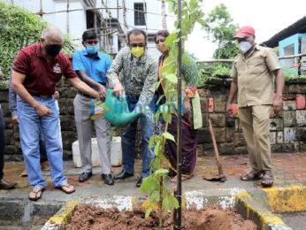 Photos: Gulshan Grover snapped with Vishvas Mote, Dr. Anusha Srinivasan Iyer, Vedant Gill at BMC's Be A Tree Parent MEGA Vriksha Campaign