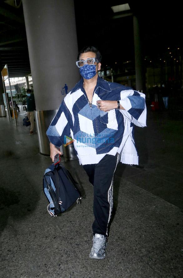Photos Kajol, Mouni Roy, Karan Johar and others snapped at the airport (4)