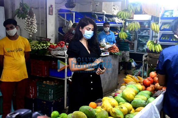 Photos Rhea Chakraborty spotted at Pali market (4)