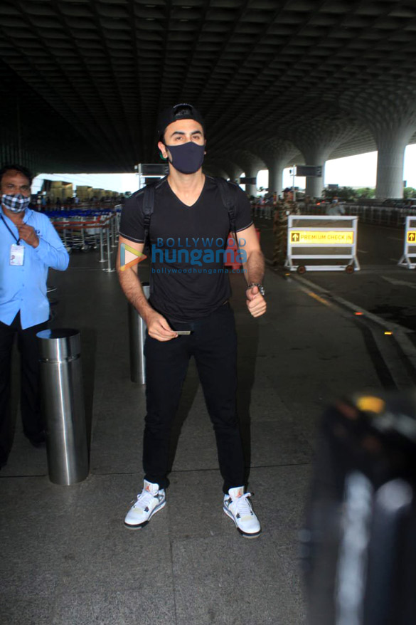 Photos Shraddha Kapoor, Ranbir Kapoor and others snapped at the airport (3)