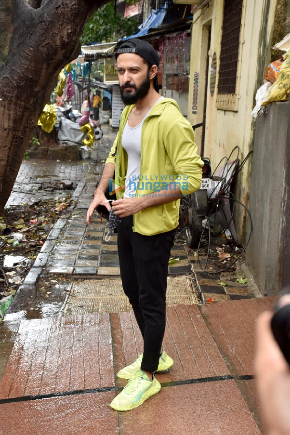 Photos Varun Dhawan and Vatsal Sheth snapped at the gym in Juhu (1)