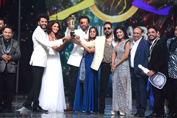 Riteish Deshmukh, Genelia D'Souza and Bobby Deol hand over the winning trophy to Punjab Lions on Indian Pro Music League