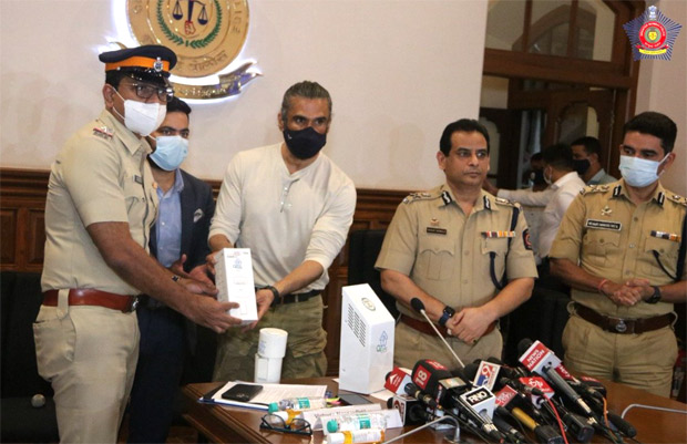 Suniel Shetty distributes 800 air purifiers to be installed at police stations