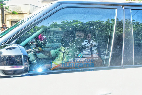 Photos Salman Khan spotted at Shah Rukh Khan's house in Bandra (1)